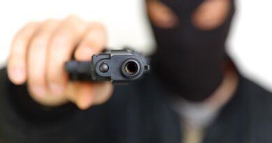 Bandidos invadem casa e levam bens e veículos
