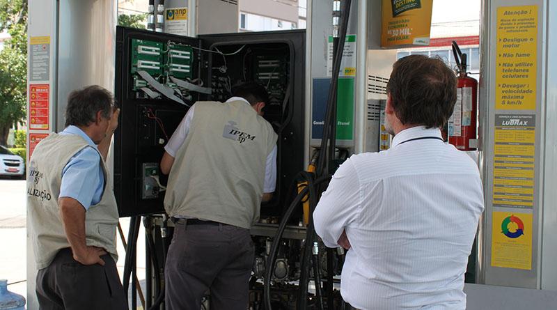 IPEM e ANP fiscalizam postos de combustíveis