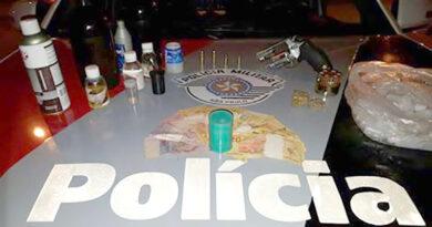 PM prende homem com arma e droga