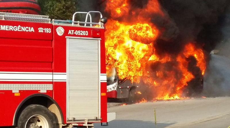 Ônibus pega fogo em Cajamar. Passageiros estão bem