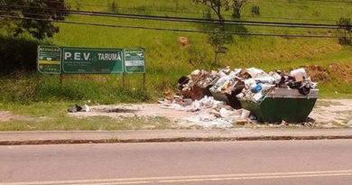Entulhos e lixos estão acumulados no Tarumã