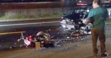 Acidente entre carro e moto na Marginal