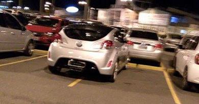 Leitor reclama de carro mal estacionado