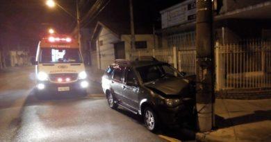 Motorista fica ferido ao bater em poste