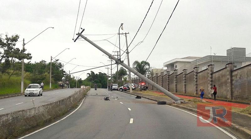 Carro derruba poste no Eloy Chaves
