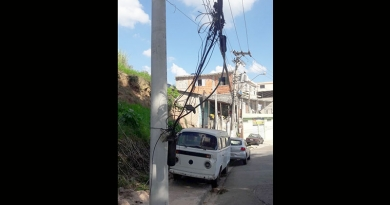 """Telefônica """"arruma"""" cabos soltos no meio da rua"""