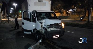 Caminhão derruba semáforo em Jundiaí