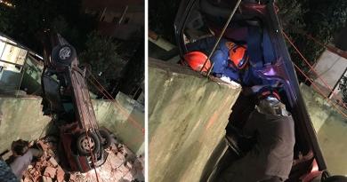Carro cai em residência na Vila Comercial