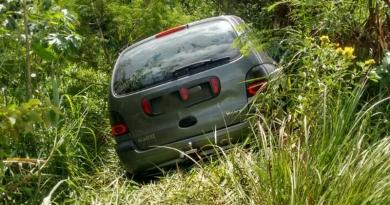 Carro cai na margem do Rio Jundiaí