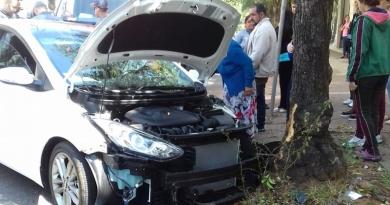 Carro bate em árvore no Centro de Jundiaí