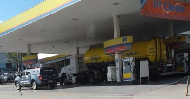 Posto recebe combustível e limita venda a R$ 100,00