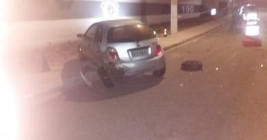 Motorista bate em carro e foge