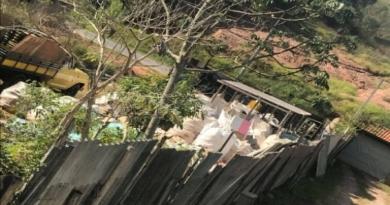 Leitora reclama de material acumulado em sítio