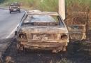 Carro pega fogo na Marginal do Rio Jundiaí