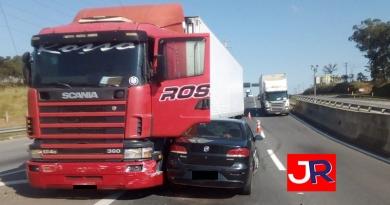 Carro e caminhão batem na Rodovia João Cereser