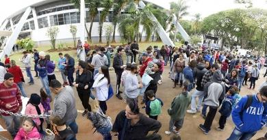 Troca de figurinhas leva milhares de pessoas ao Bolão