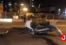 Carro capota no bairro do Vianelo