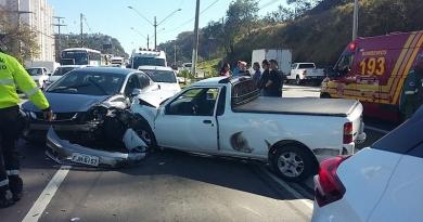Acidente deixa rodovia parada na Vila Marlene