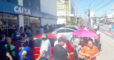 Multidão faz fila para sacar cota do PIS