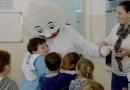 Zé Gotinha visita Emebs para divulgar vacinação contra pólio e sarampo
