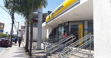 Bandidos arrombam caixas do Banco do Brasil