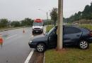 Carro bate contra poste em rodovia