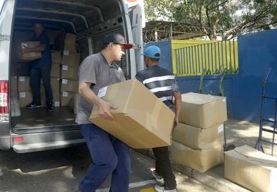 Educação dá sequência à entrega dos kits de uniformes