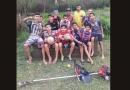 Jovens cortam mato para jogar futebol