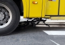 Ciclista cai e vai parar embaixo de ônibus