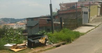 Leitora reclama de descarte irregular em terreno