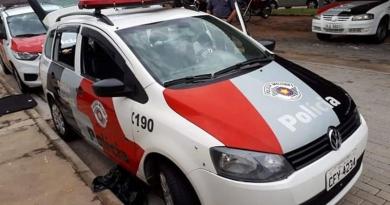 Motorista embriagado quase bate em viatura