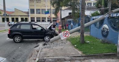 Carro derruba poste na Vila Argos