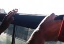 Adolescente quebra janela de emergência de ônibus
