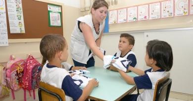 Uniformes são entregues em nove escolas nesta terça-feira (19)