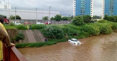 Caminhonete cai no Rio Jundiaí