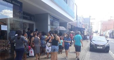 Consumidores fazem fila na liquidação do Credi-Nino