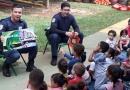 Guardas contam histórias para crianças