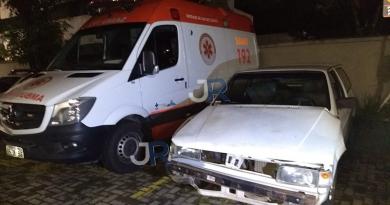 Motorista bate em viatura do SAMU e foge