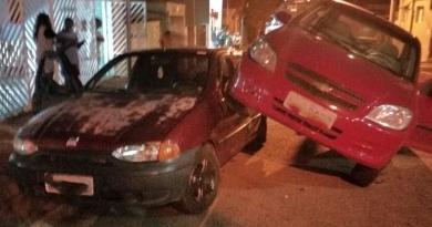 Carro fica sobre carro após colisão