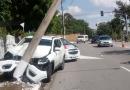 Carro quebra poste após colisão na Imigrantes