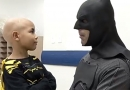 """Batman"" visita o pequeno Pedro no hospital"