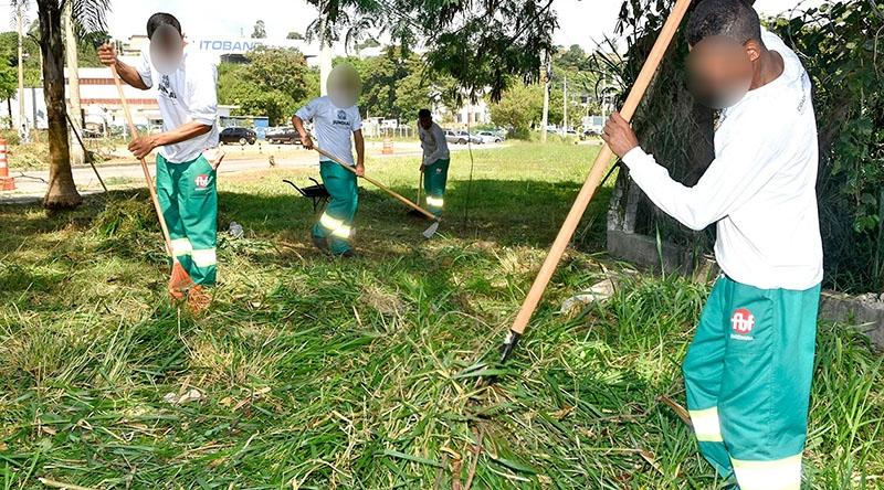 Reeducandos reforçam serviços de limpeza na cidade