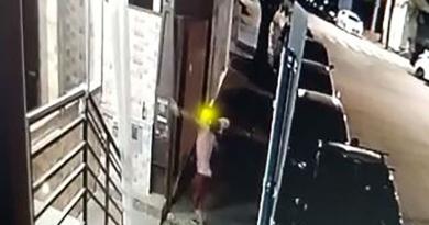 Rapaz flagrado quebrando vidraça