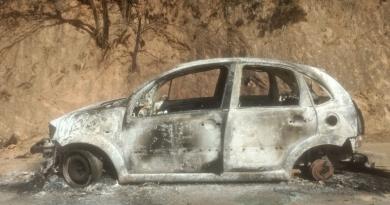 Carro é saqueado e queimado