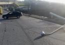 Carro derruba poste em trevo