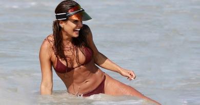 Carol Peixinho brinca nas águas da Barra