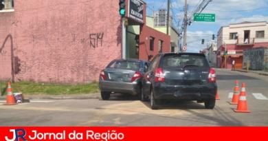 Carro bate em carro na Ponte São João