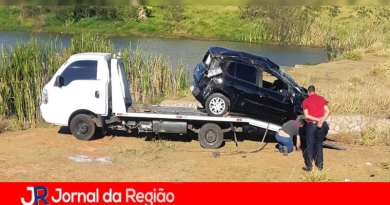 Carro capota no Almerinda Chaves