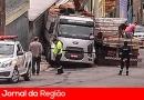 Carga é retirada de caminhão após acidente