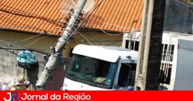 Caminhão derruba poste sobre casa